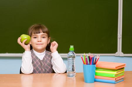 escuela primaria: retrato de una colegiala feliz de cerca de pizarra de la escuela primaria Foto de archivo