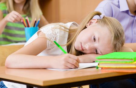 petite fille triste: écolière fatigué gâche la vue lors de l'examen Banque d'images