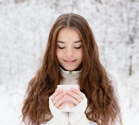cute teen girl: подросток девочка, наслаждаясь большую кружку горячего напитка во время холодный день