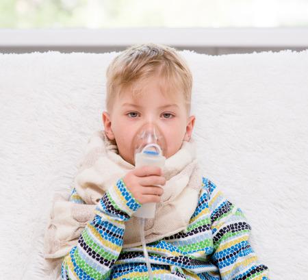 bebe enfermo: niño pequeño enfermo hace la inhalación casa