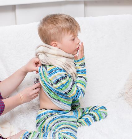 niños enfermos: Doctor que examina niño pequeño con el estetoscopio. Foto de archivo