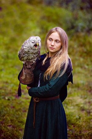 medieval dress: hermosa chica en traje medieval con un b�ho en su brazo.