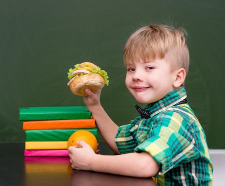 niño escuela: colegial retrato mientras almorzaba en.