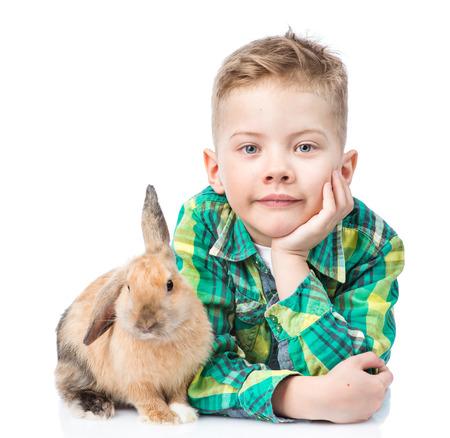 niños rubios: niño acostado con conejo. Aislado en el fondo blanco.