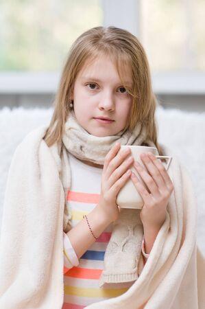 enfermo: muchacha enferma bebe té caliente.