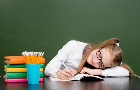 niños malos: Colegiala cansada estropea la vista durante el examen.