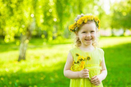 niñas pequeñas: niña feliz con dientes de león en el parque de verano.