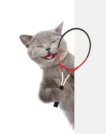 白い旗の上のテニス ラケットを持つ猫。白い背景上に分離。 写真素材