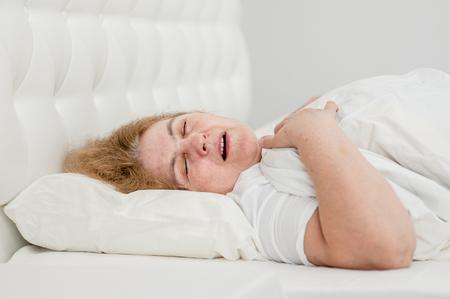 femme âgée dormir et ronfler sur le lit.