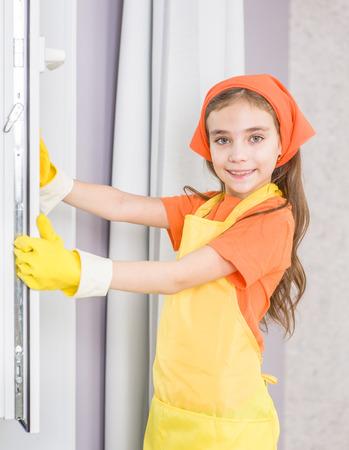 Ventana de limpieza niña feliz con un trapo.
