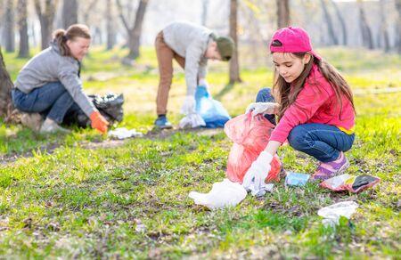 Freiwillige sammeln Müll im Park. Ökologie-Konzept.