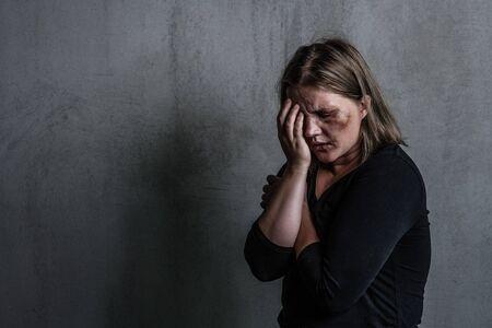 Weinende Frau Opfer häuslicher Gewalt und Missbrauch. Leerer Platz für Text.