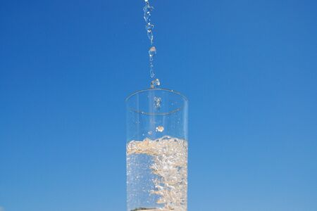 luft: Water is poured into a glass