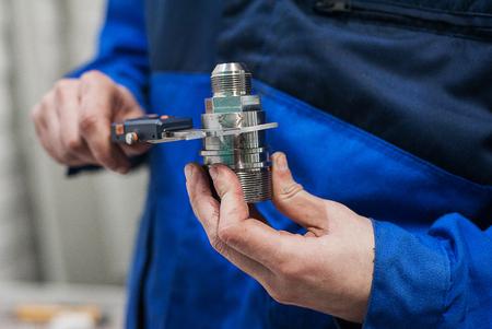 견습생과 함께 공장에서 엔지니어가 구성 요소 품질 검사 스톡 콘텐츠