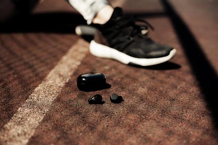 New technology sport wearable accessories for runners: fitness sports wireless earphones, running shoes. Earbuds, headphones. Tech run gear, smart jogging Stockfoto