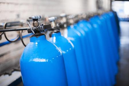 Sauerstoffflasche mit komprimiertem Gas. Blaue Sauerstofftanks für die Industrie. Produktion von verflüssigtem Sauerstoff. Fabrik Standard-Bild