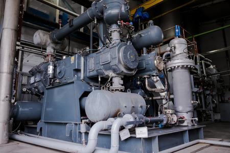 Compressore a pistoni a membrana a quattro stadi. Unità di separazione dell'aria. impianto industriale riogenico. Fabbrica di ossigeno liquido. Tubo e vaso Archivio Fotografico