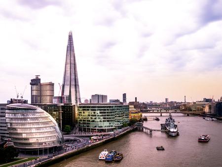タワー ブリッジからロンドン イングランド スカイライン。