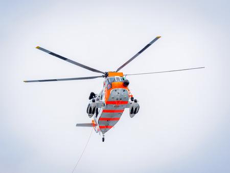 노르웨이어 searcg 및 구조 헬기 바다에서 구조 운동을 실시합니다. 스톡 콘텐츠