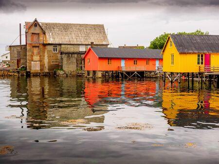Ballstad, Lofoten 제도, 노르웨이에서 Fishermans 오두막. 죽마에 피셔 하우스는 rorbur라고합니다.