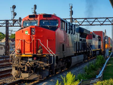 een mijl lange trein die de tuin verlaat in Homewood, Illinoid Stockfoto