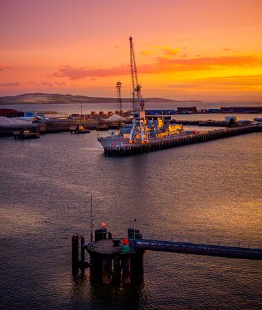 Rosyth 해군 조선소, 스코틀랜드 크로스 일몰보기 스톡 콘텐츠