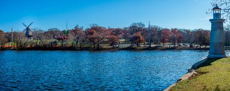 Vue sur la rivière Fox, près de Geneva, dans l'Illinois, montrant à la fois le moulin à vent historique et le phare. Banque d'images - 92180485