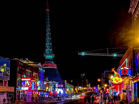 Crowds enjoying the nightime activities on Broadway in Nashville, TN Stock fotó