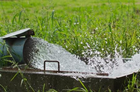 bomba de agua: El agua en la agricultura Foto de archivo