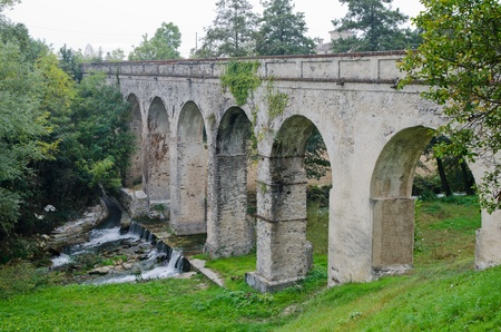 the eighteenth: Eighteenth-century aqueduct bridge pedestrian, Busca  CN   Stock Photo