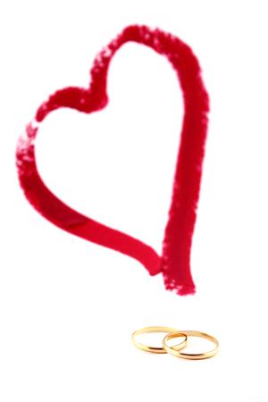 Image conceptuelle pour la Saint Valentin. Coeur et anneaux de mariage.