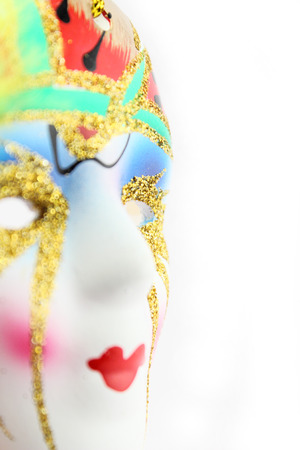 Artesanía en cerámica decorativa. Vista lateral de una máscara de carnaval sobre fondo blanco. Foto de archivo