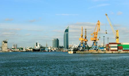vista a la ciudad costera de la bahía, incluyendo las grúas pesadas y contenedores para la exportación de mercancías.