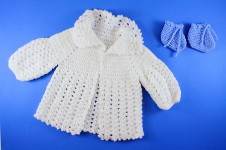 niños vistiendose: Lana Orgánica Tejidas a mano la ropa del bebé. concepto de bienvenida al bebé en posición plana