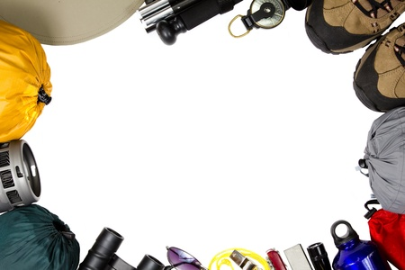 Kampeermateriaal thema afbeelding van een hoed, wandel stok, kompas, wandelschoenen, slaapzak, waterfles, zaklamp, magnesium brand starter, mes, fluitje, zonnebrillen, verrekijkers en kooktoestel