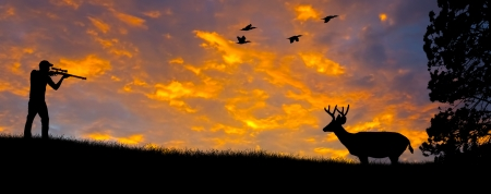 cazador: Silueta de un cazador apuntando a un ciervo de cola blanca contra una puesta de sol por la noche