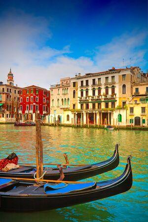 Boten en gondels op de Canal Grande van Venetië, Italië. Stockfoto