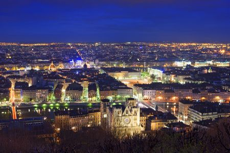 Lyon in de avond.  De stad kwam tot leven met licht. Frankrijk.  Stockfoto