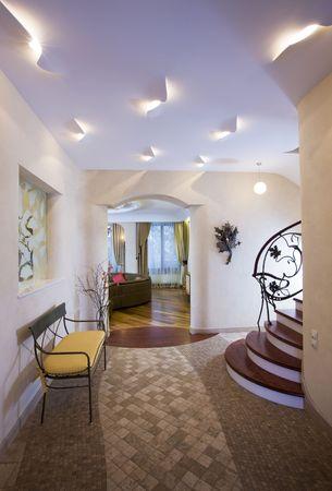 Moderne zaal van dure huis.