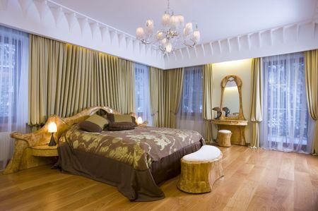 Moderne slaapkamer in een dure huis. Stockfoto
