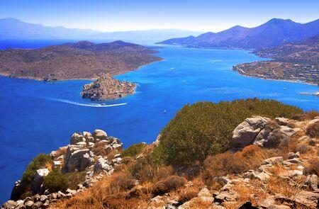 Het eiland Spinalonga (officiële naam: Kalidon) is gelegen in het oostelijke gedeelte van Kreta, in de provincie Lassithi, in de buurt van de stad van Elounda. Mirabello Bay.  Stockfoto