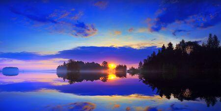 Dawn en mist over het oppervlak van een meer.