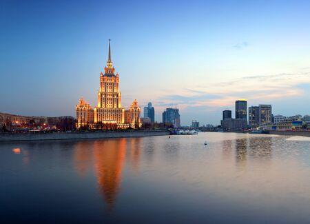 Nacht Moskou. Moskou-rivier. Een soort van Krasnopresnenskaya kade op hotel Oekraine.