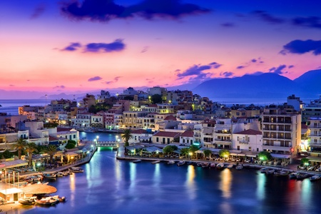 Agios Nikolaos. Agios Nikolaos es un pueblo pintoresco en la parte oriental de la isla de Creta construido en el lado noroeste de la tranquila bahía de Mirabello. Foto de archivo