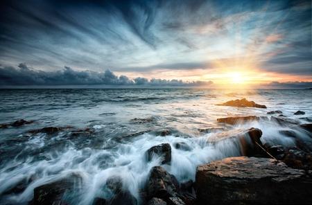 Zonsondergang op zee. Storm. Zeegezicht. Stockfoto