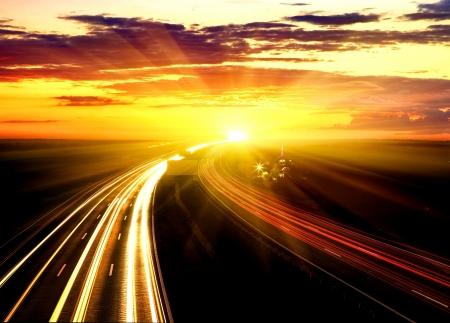 Zonsondergang op de snelweg. Stockfoto