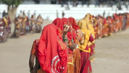 Pushkar, India - 21 NOVEMBER: Een onbekend meisjes in kleurrijke etnische kleding woont op de Pushkar Fair op 21 november 2012 in Pushkar, Rajasthan, India.