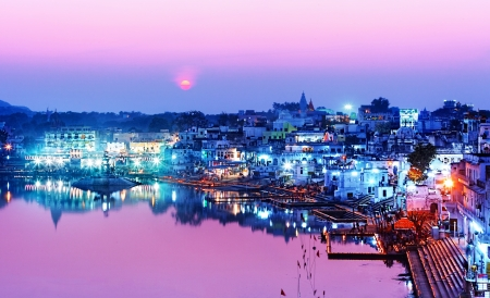 夜プシュカル、ラジャスタン州、インド、アジアでプシュカル湖