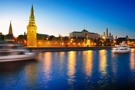 moskva river: View of the Moscow Kremlin and Moscow river at night.  Moskkva, Russia.