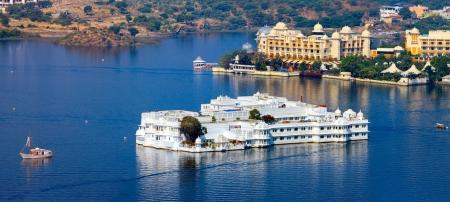 Lake Pichola en Taj Lake Palace, Udaipur, Rajasthan, India, Azië. Panorama. Redactioneel